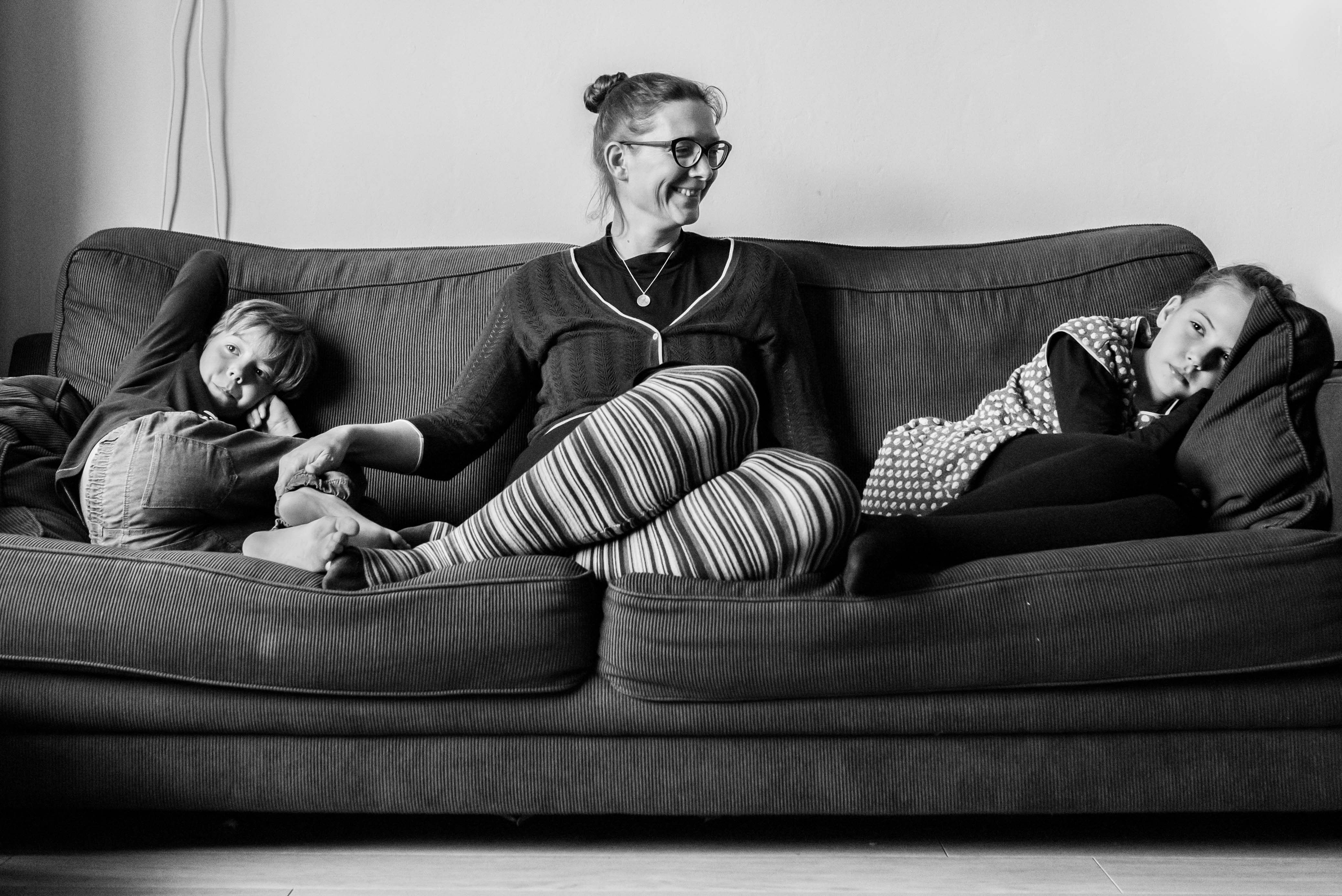Moeder met haar kinderen op de bank Jasja de Wit Fotografie Gezinsfotografie
