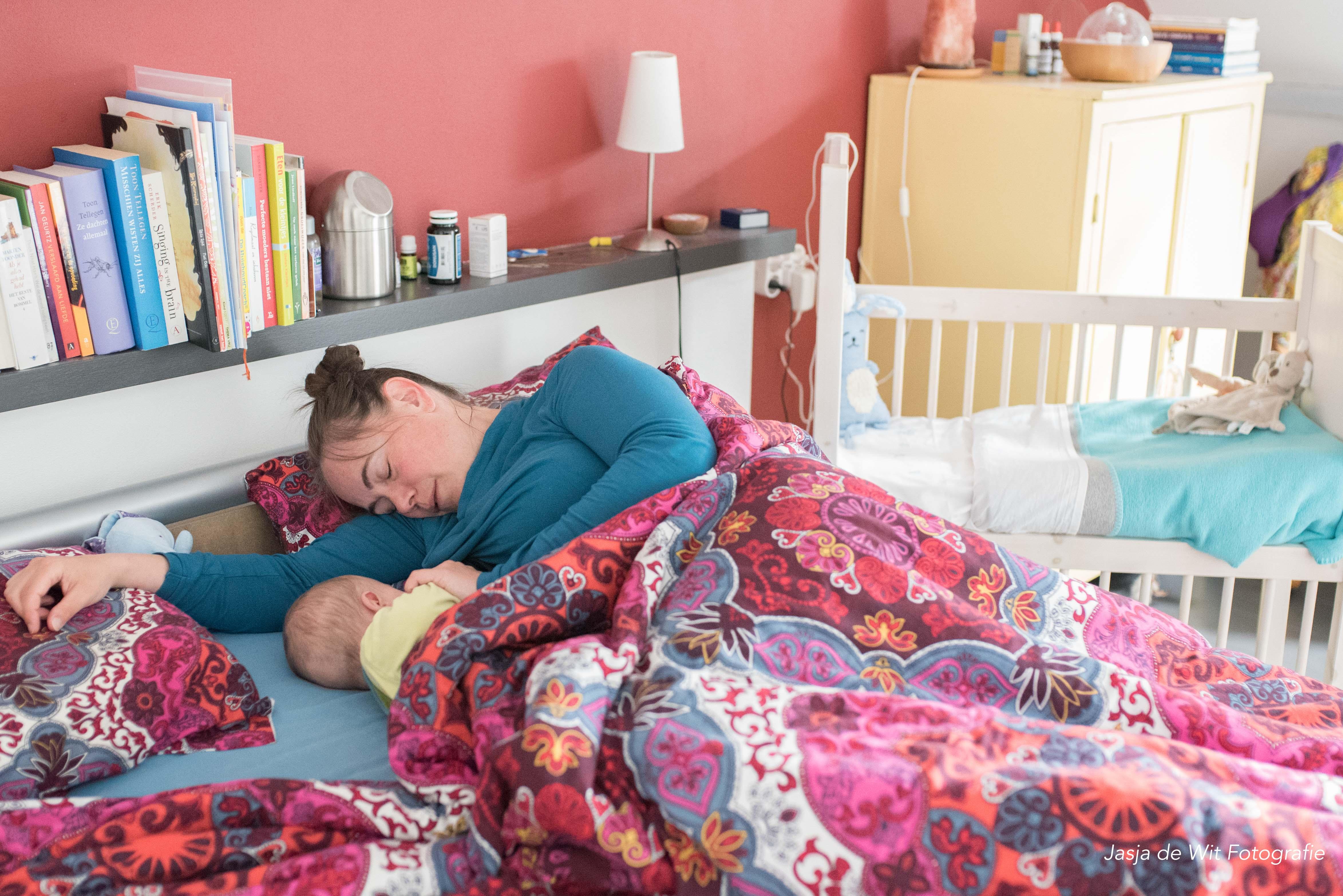 Moeder voedt haar zoon in bed Jasja de Wit Fotografie