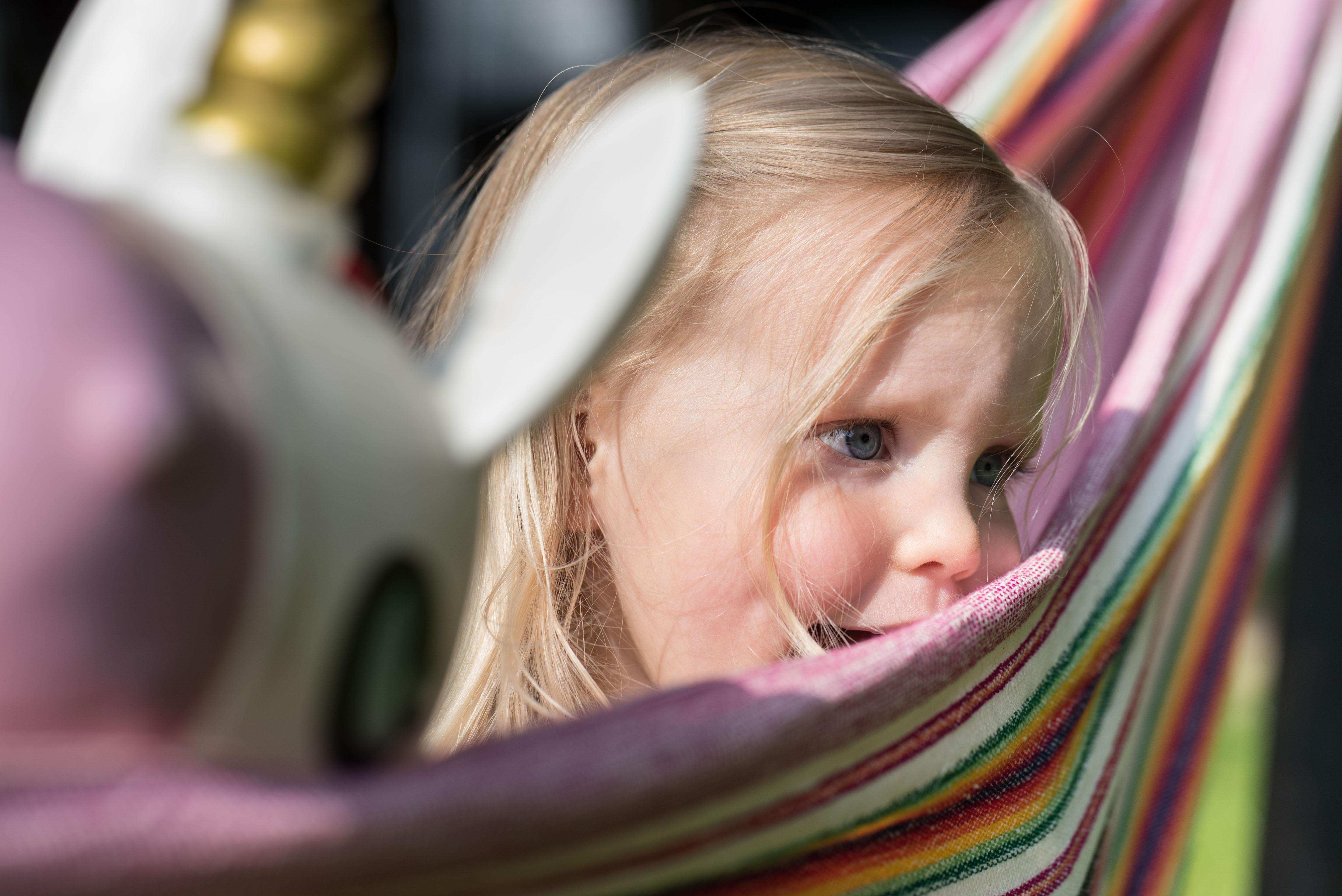 Meisje met dromerige blik in hangmat
