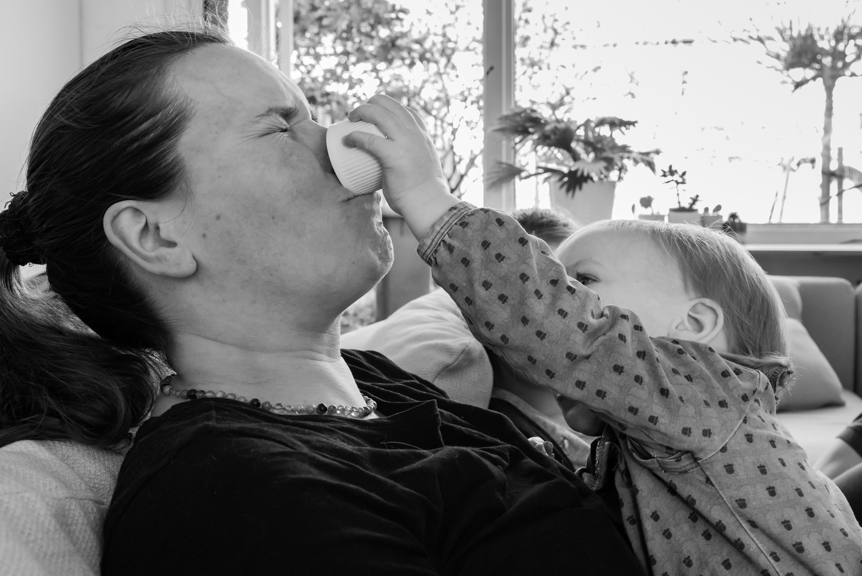 Dochter geeft moeder hardhandig een rozijntje Jasja de Wit Fotografie