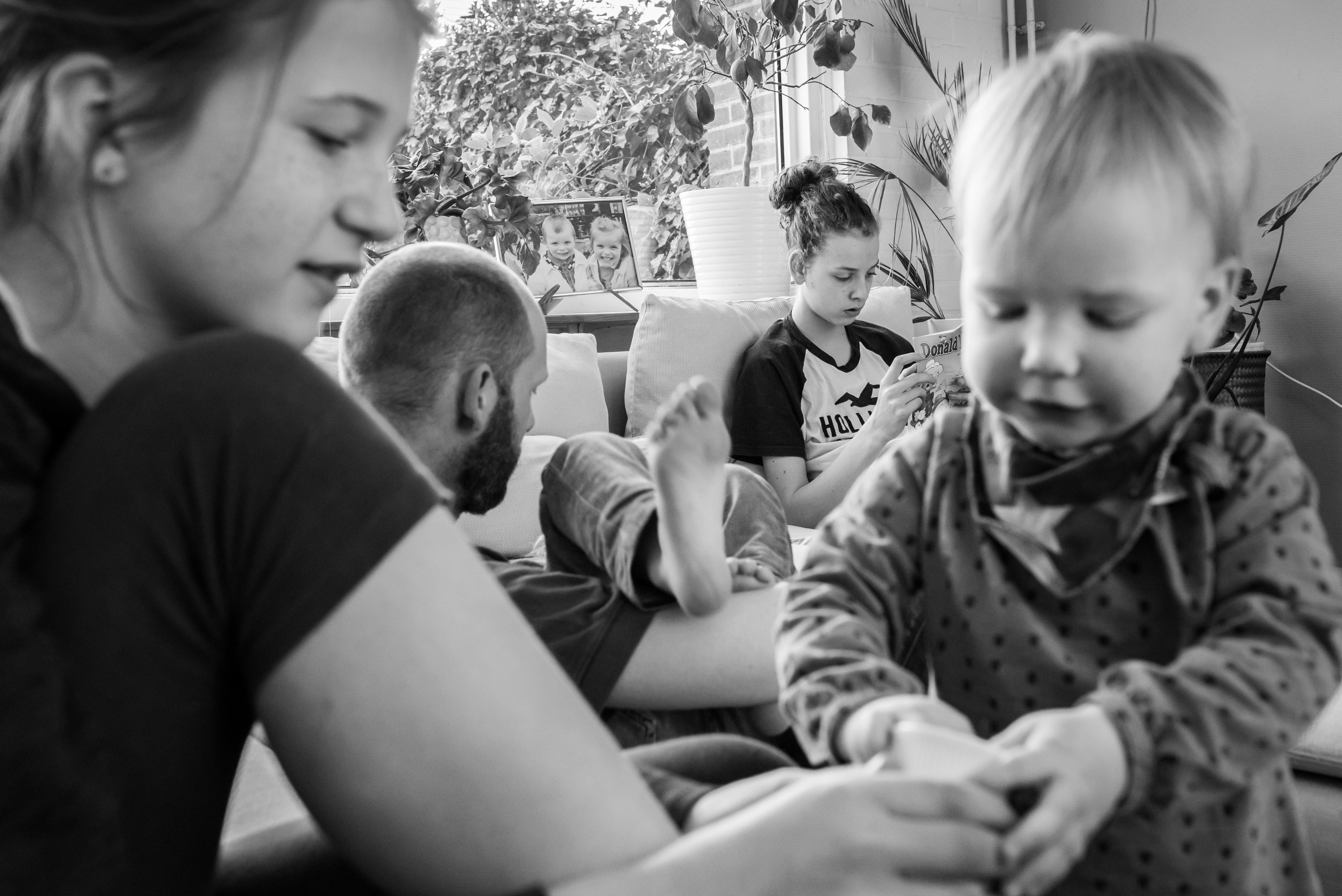 Gezin brengt ontspannen de middag door Jasja de Wit Fotografie