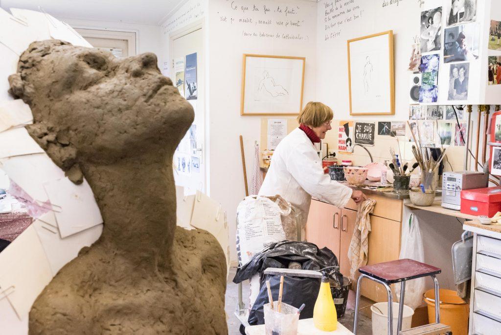 Maïté Duval werkt in haar atelier aan het gipsen negatief van het beeld Inspiratie