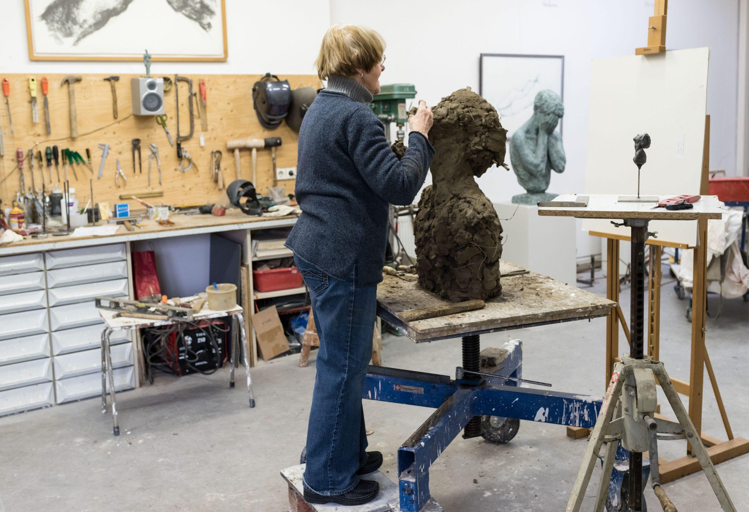 Maïté Duval aan het werk in haar atelier