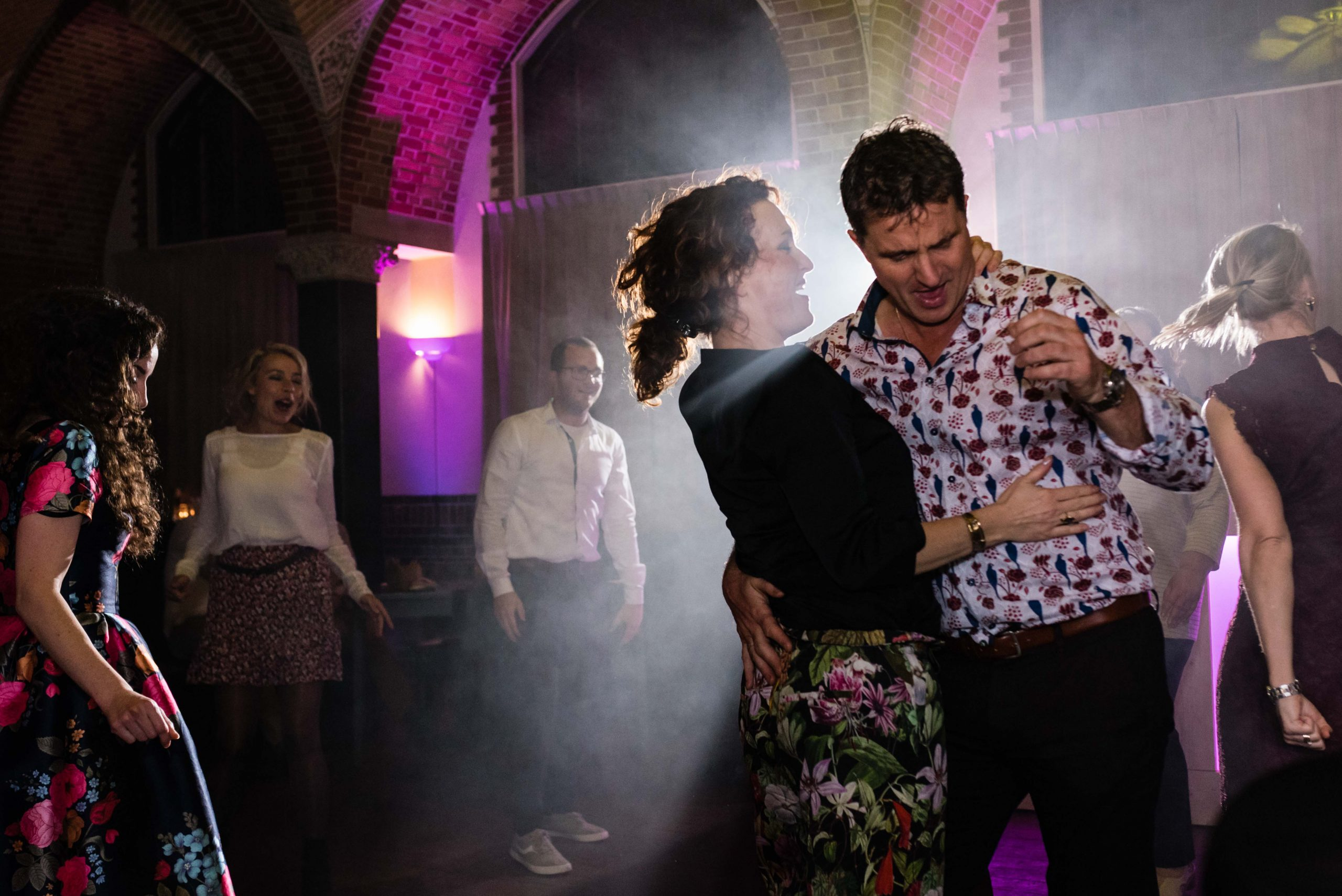 Een koppel danst op een trouwfeest