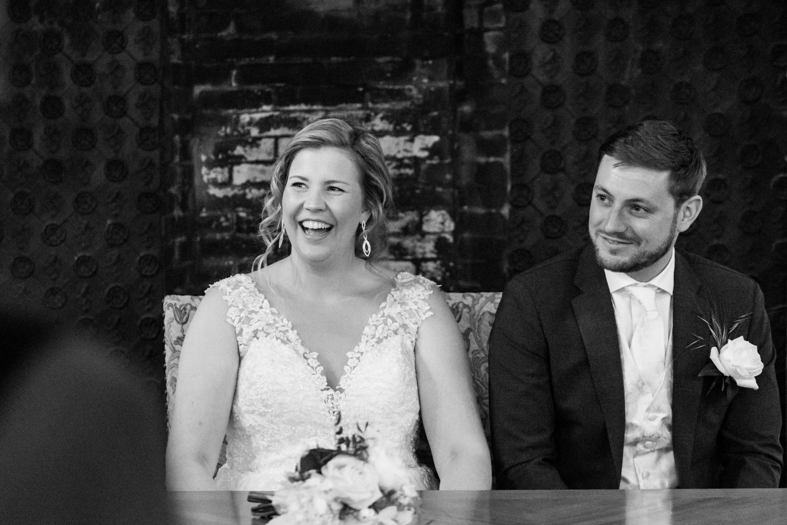 Bruid en bruidegom tijdens huwelijksvoltrekking.