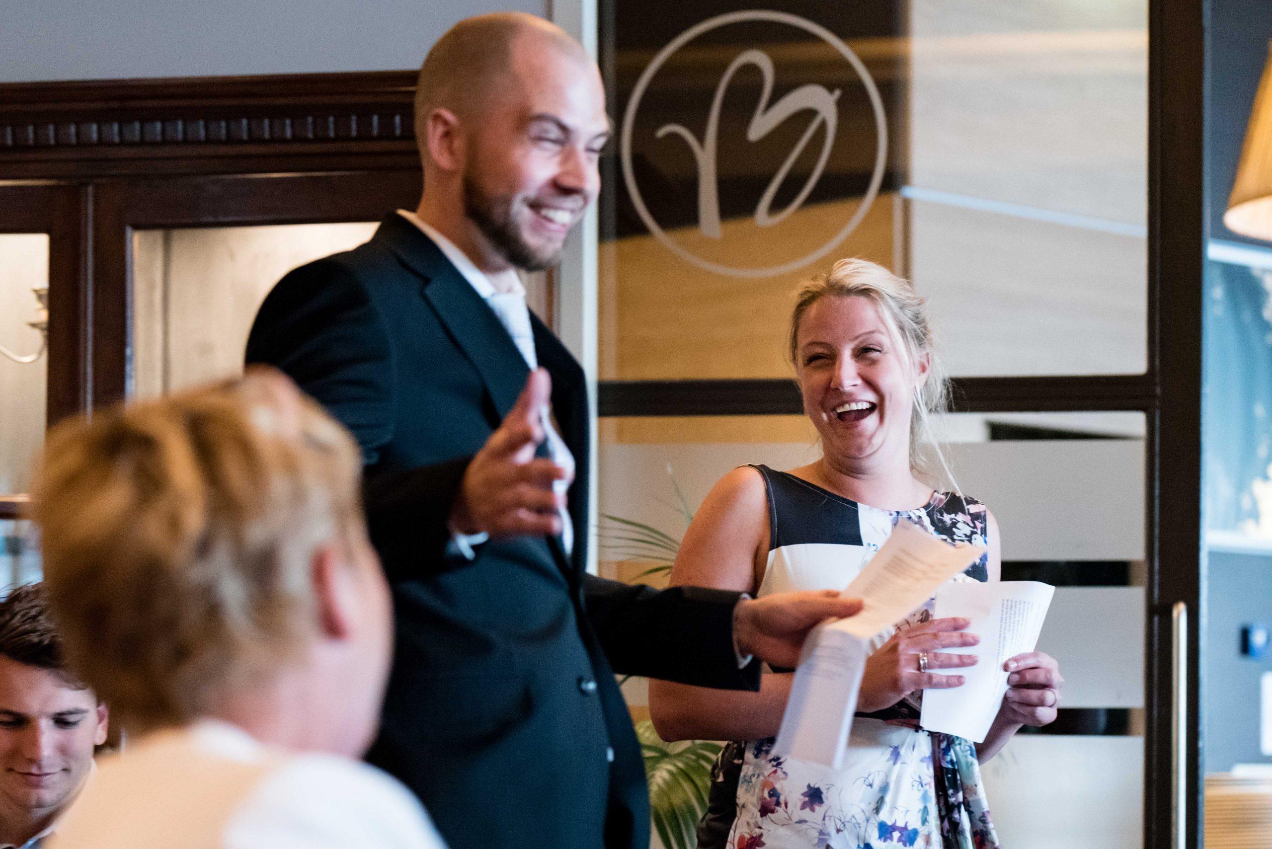 Zus en zwager tijdens speech op bruiloft.