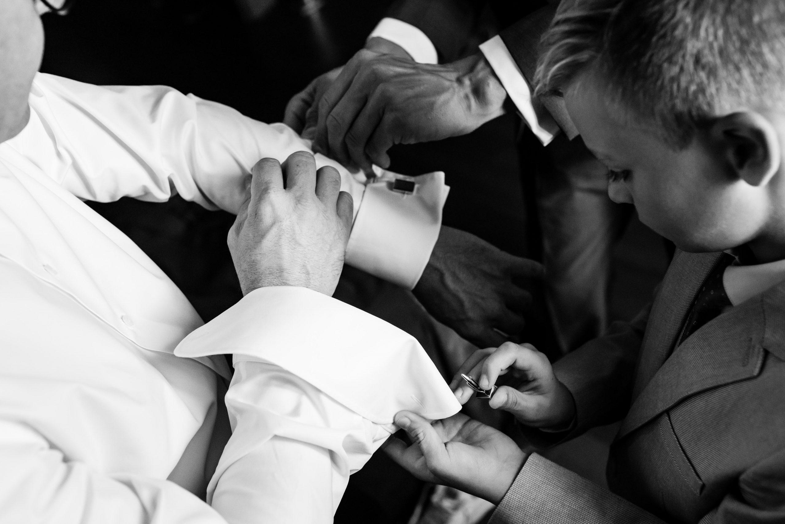 Zoon helpt zijn vader met zijn manchetknopen.
