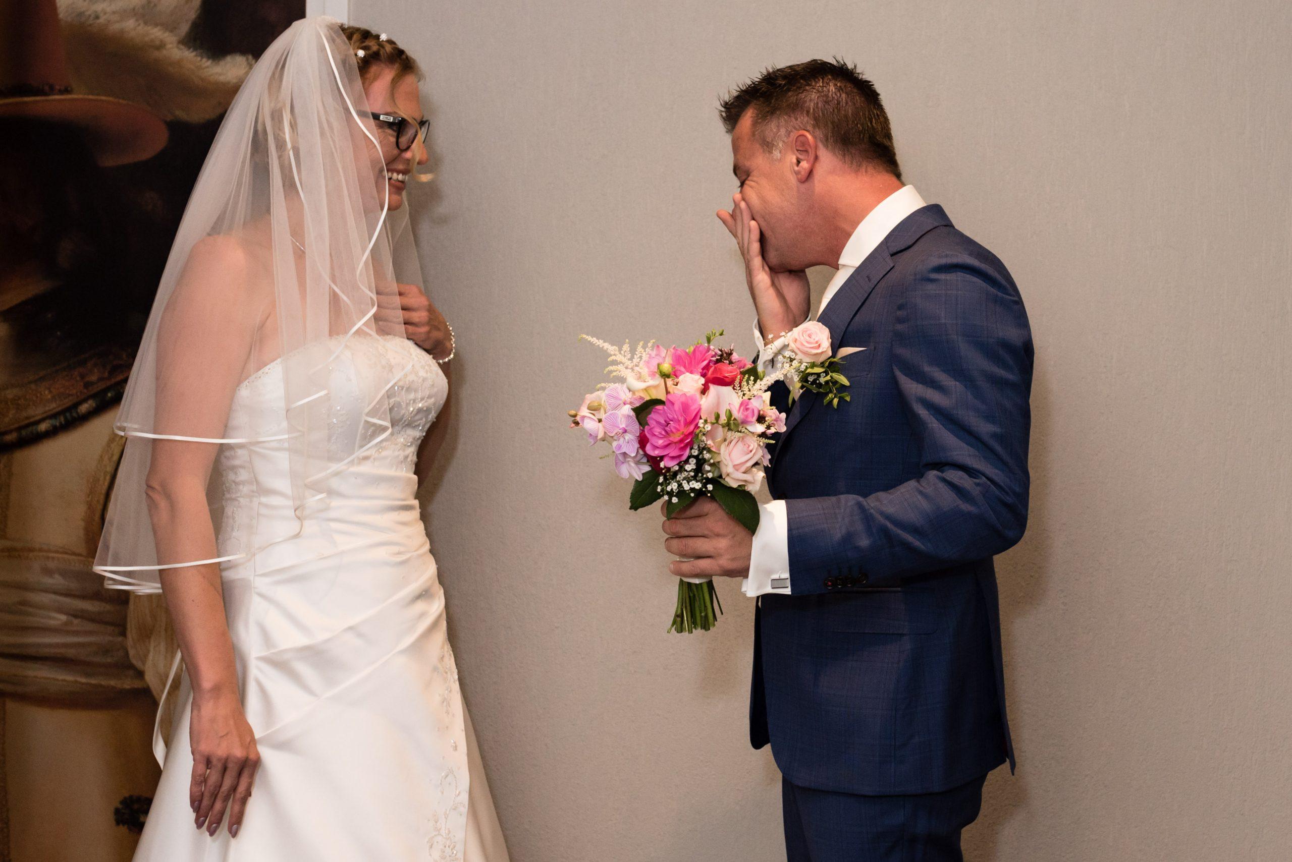 Bruidegom is ontroerd als hij zijn bruid voor het eerst ziet.