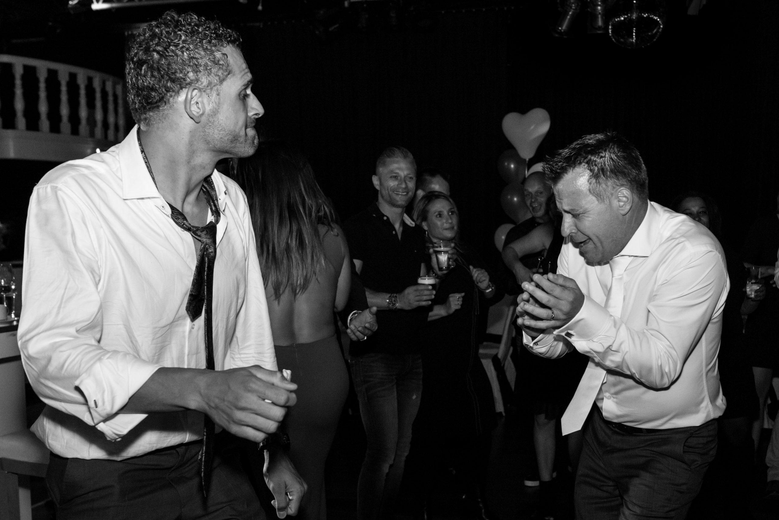 Bruidegom danst gepassioneerd met zijn broer