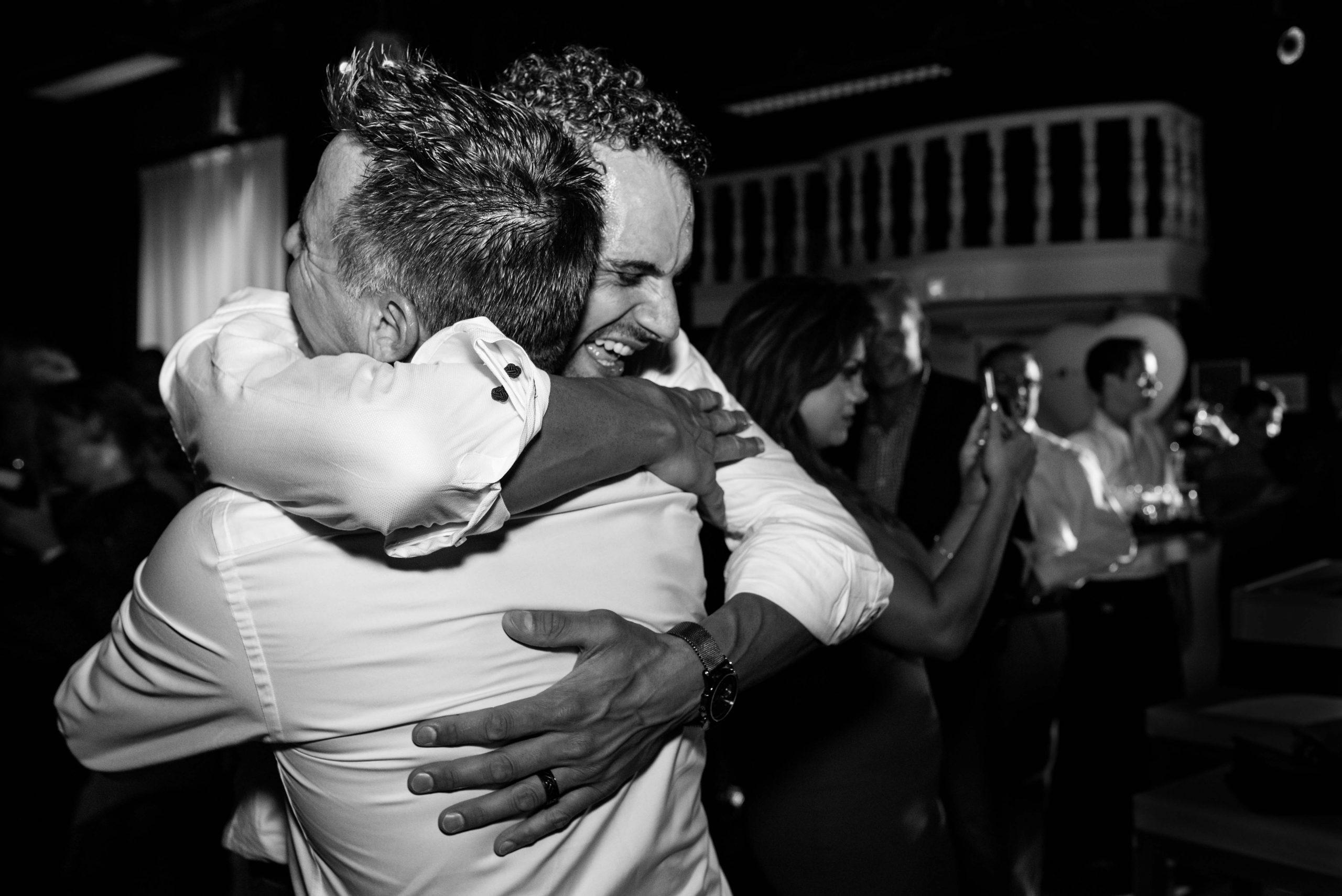 Bruidegom omhelst zijn broer
