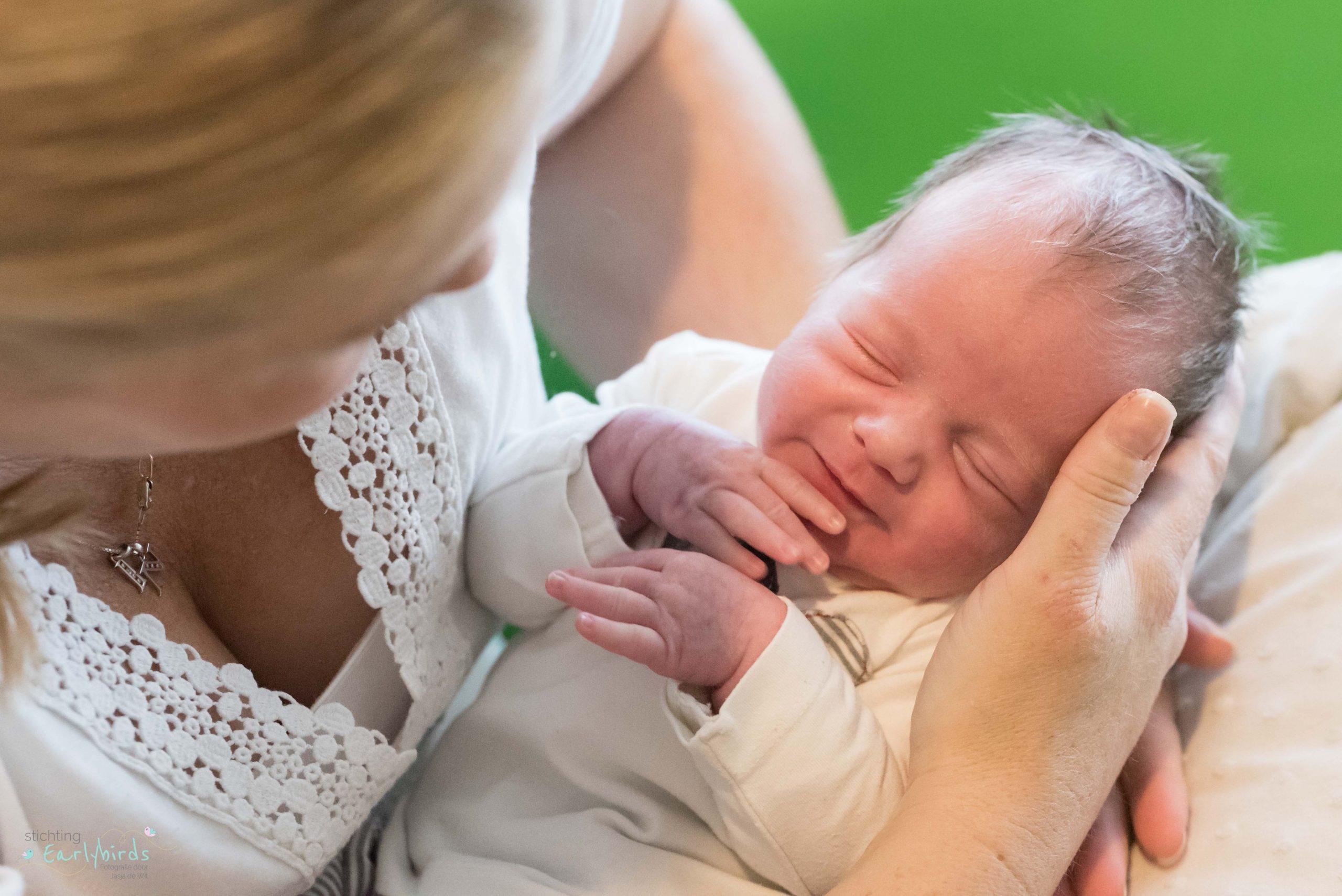 Moeder houdt haar baby vast.
