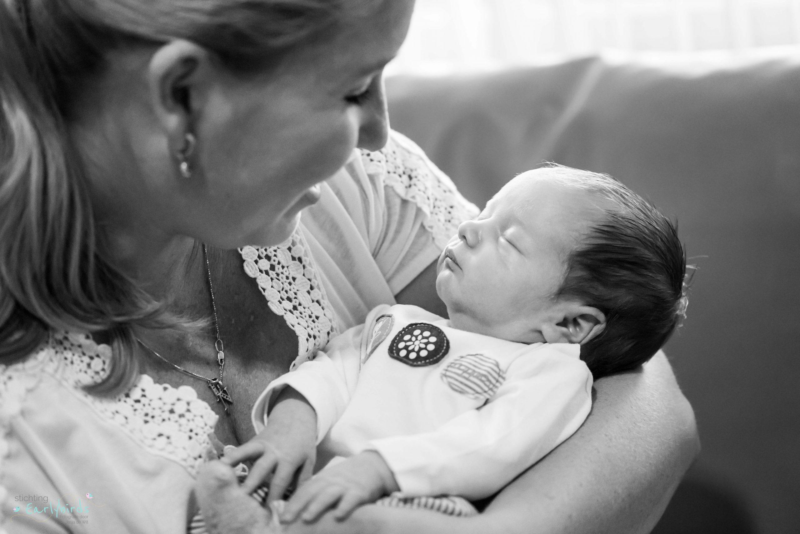 Moeder kijkt teder naar haar kind.
