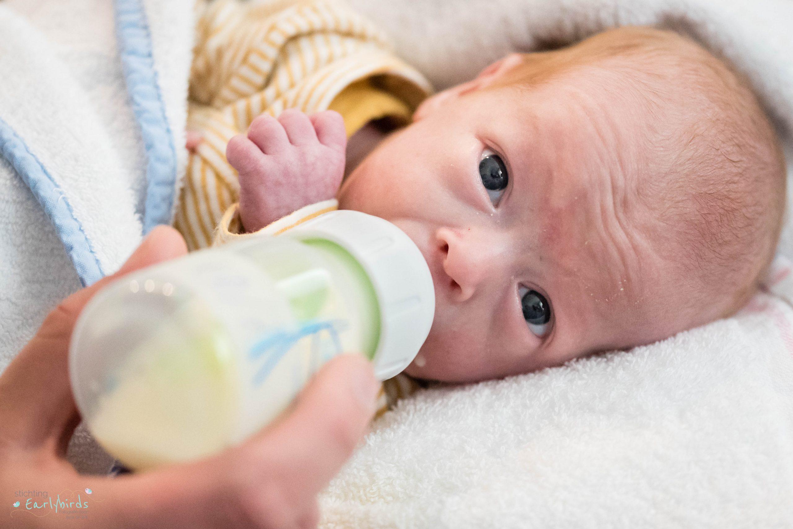Baby drinkt uit fles.