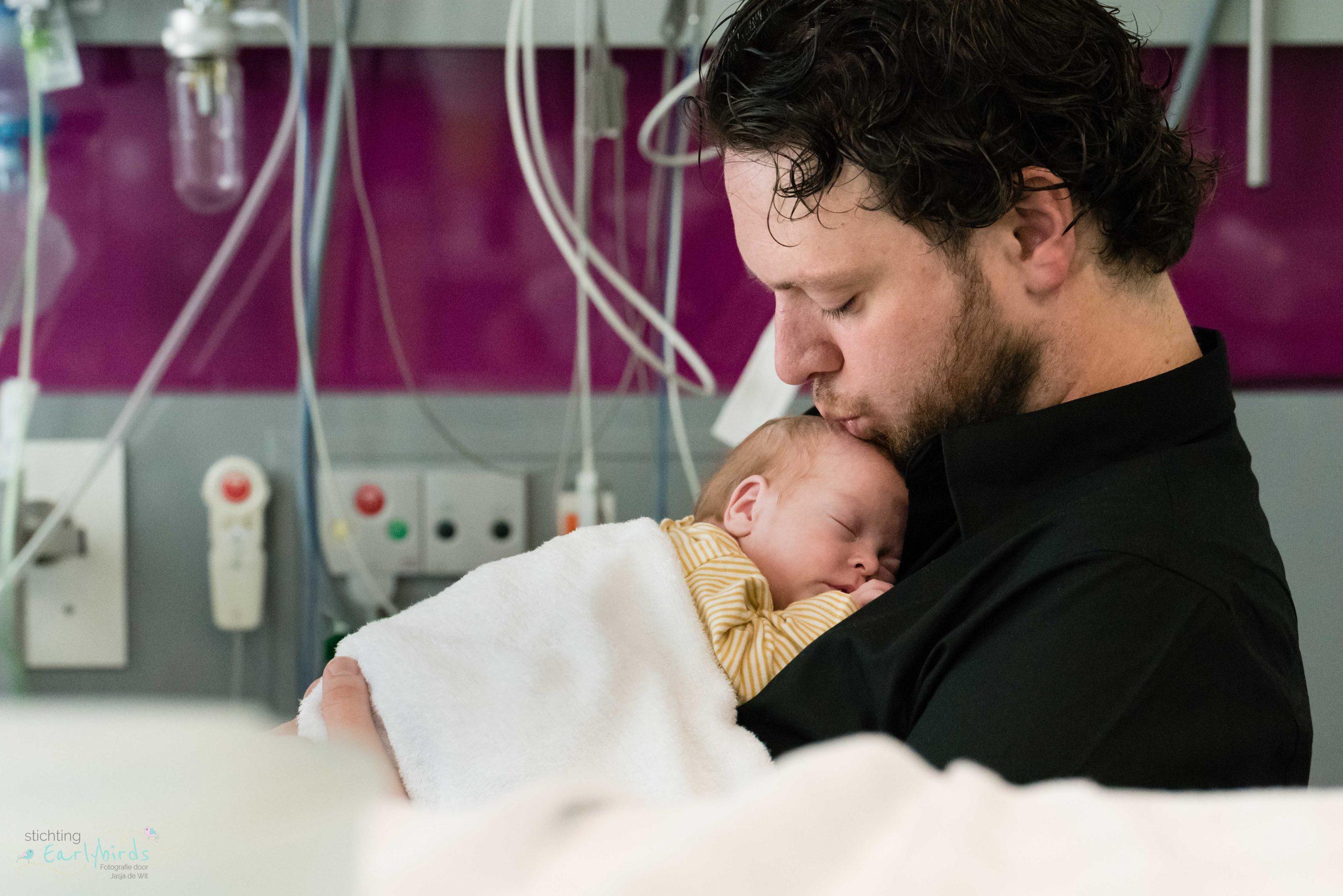 Vader kust zijn babydochter.