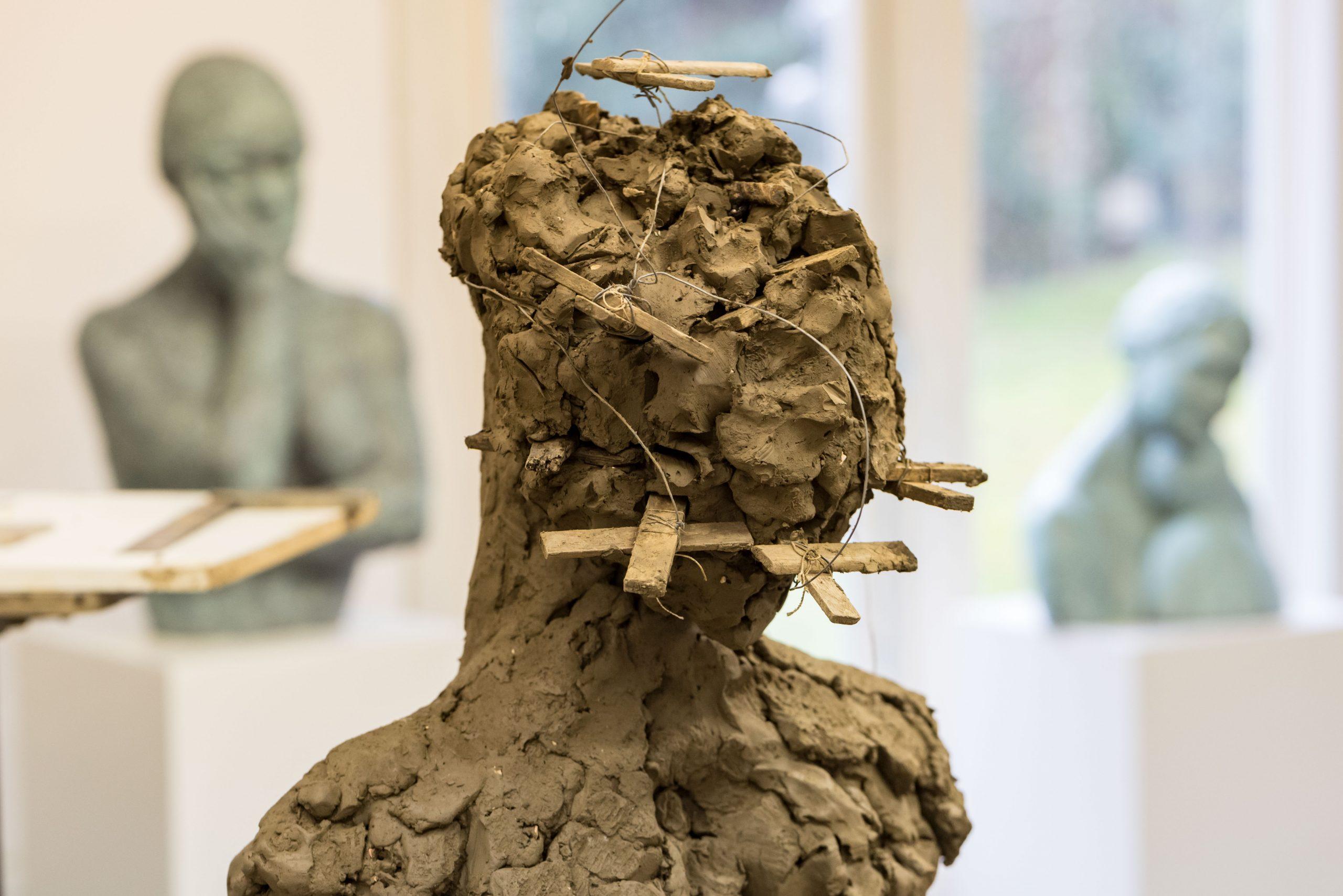 Opbouw sculptuur in klei met ondersteuningsvlinders