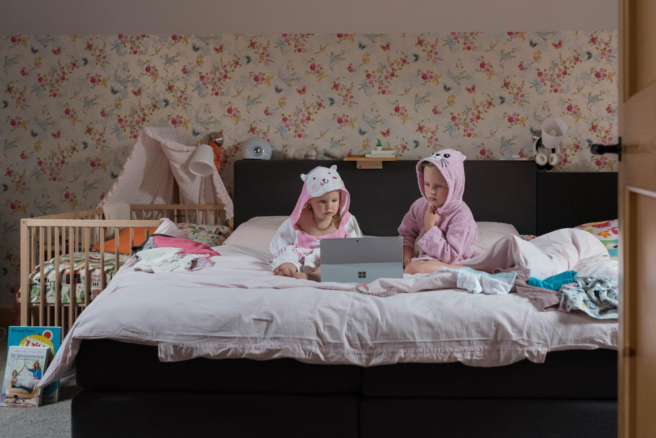 Zusjes op bed Jasja de Wit Fotografie