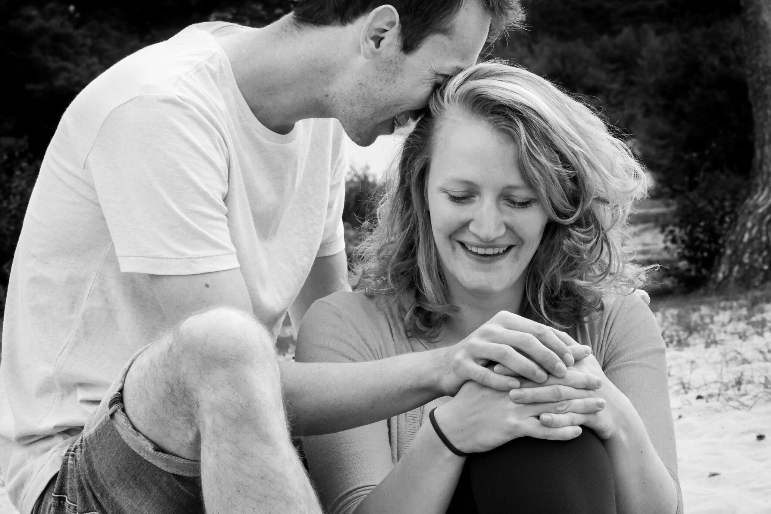Lief gebaar van vriend naar zijn vriendin Jasja de Wit Fotografie