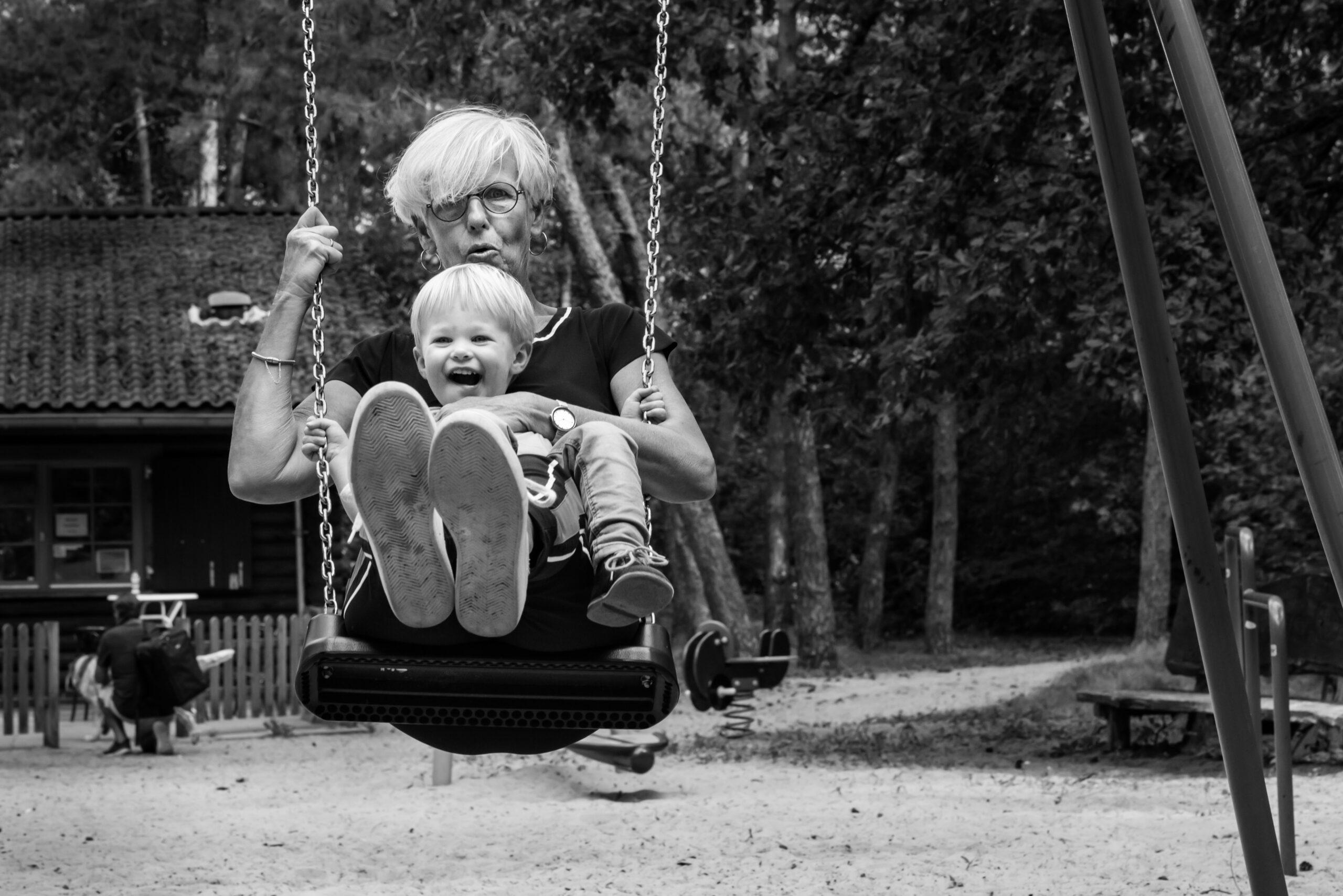 Oma heeft plezier met kleinkind op schommel Jasja de Wit Fotografie  Herinneringsfotografie