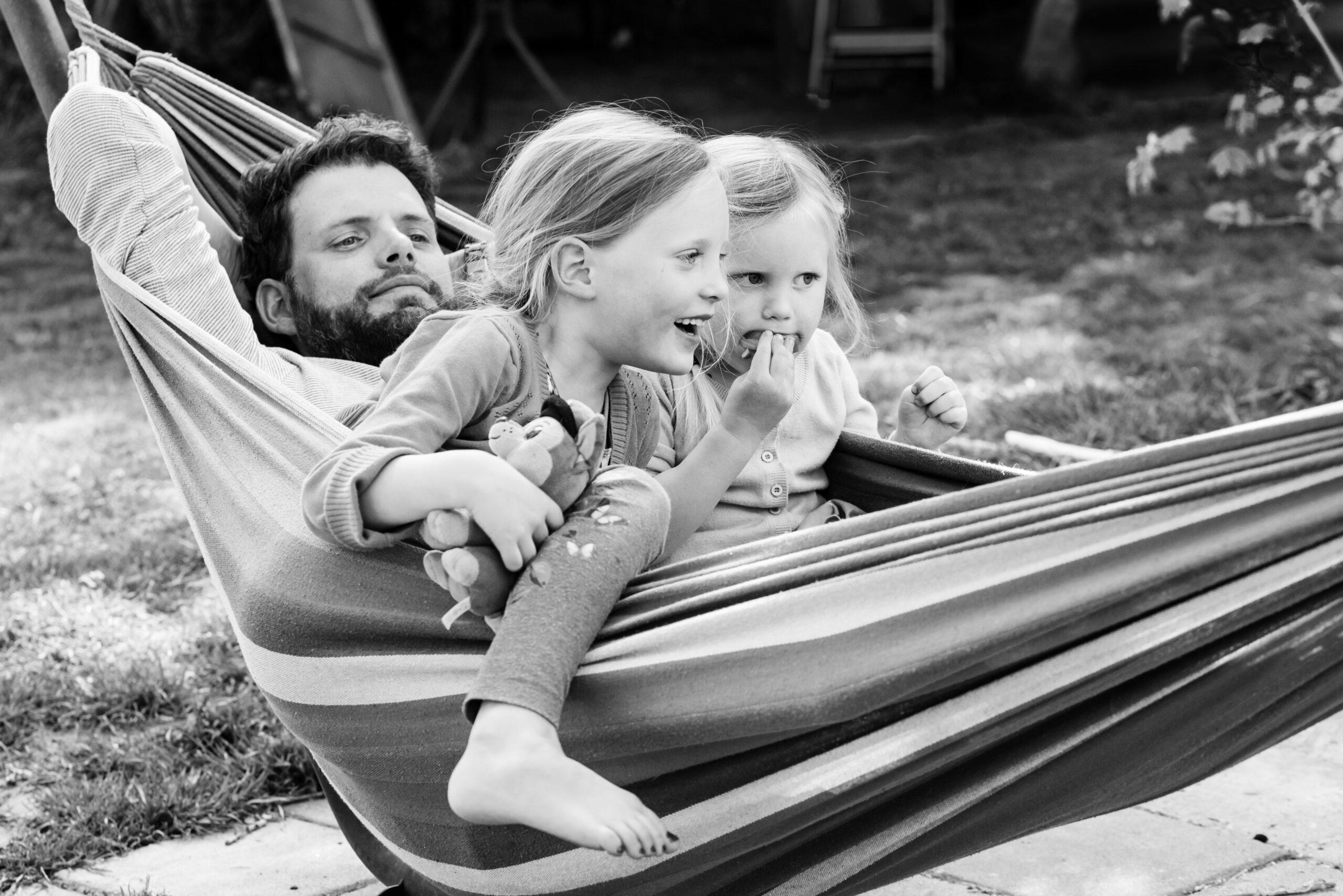 Vader ligt in hangmat met zijn kinderen Jasja de Wit Fotografie Herinneringsfotografie