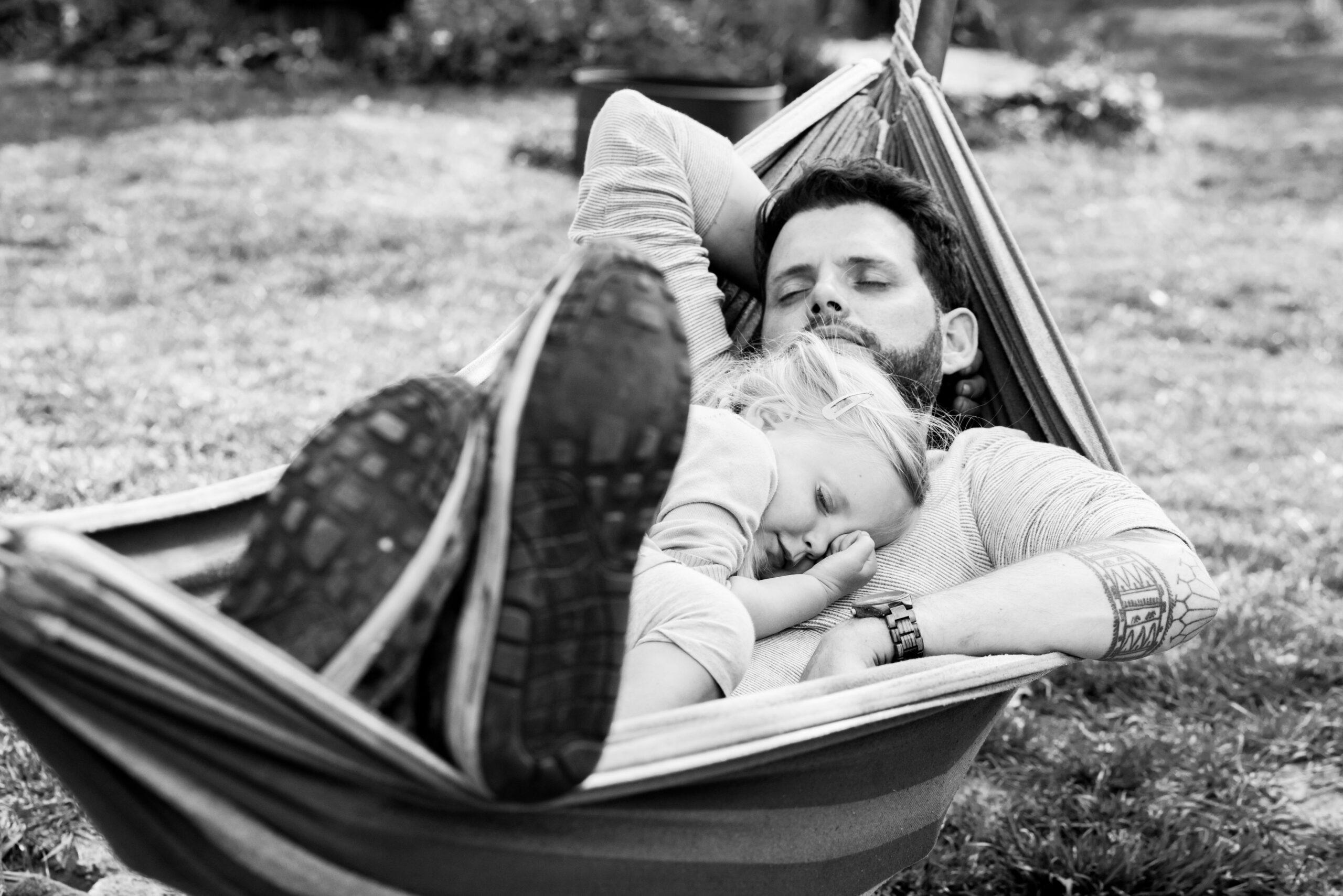 Vader met dochter in hangmate Jasja de Wit Fotografie