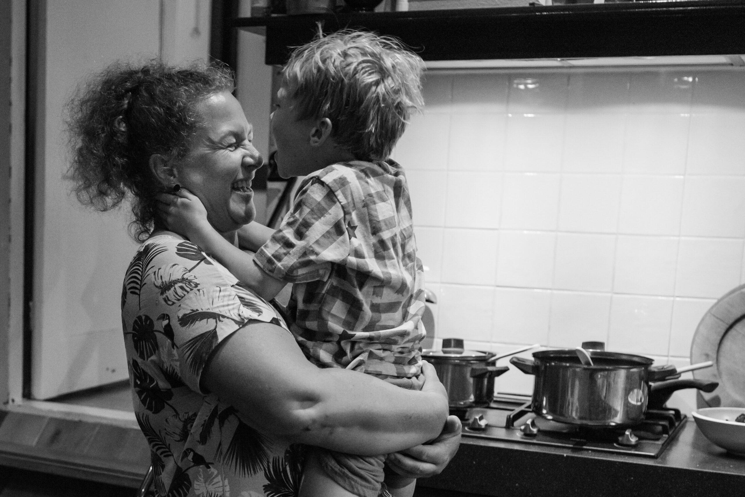 Moeder knuffelt zoon in keuken Jasja de Wit Fotografie Gezinsfotografie