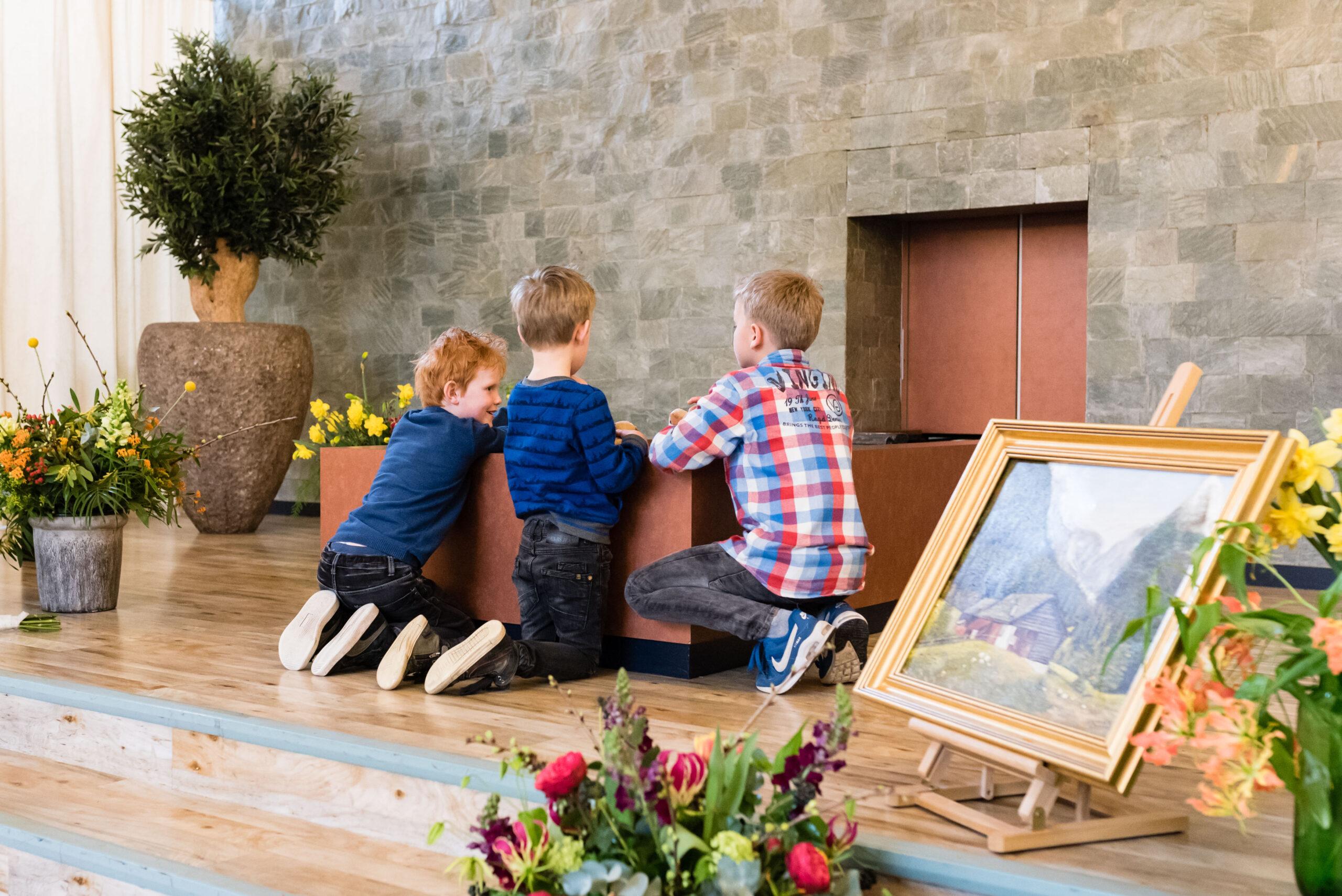 Spelende kinderen tijdens een uitvaart Jasja de Wit Fotografie