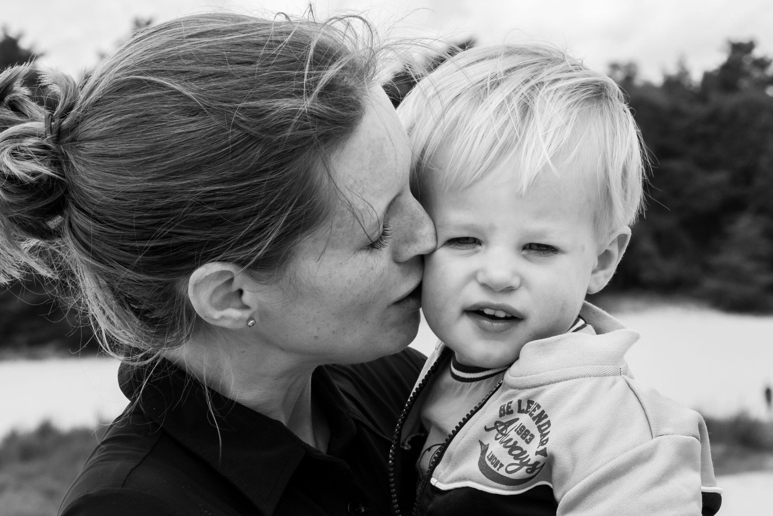 Moeder knuffelt haar zoon Jasja de Wit Fotografie Herinneringsfotografie